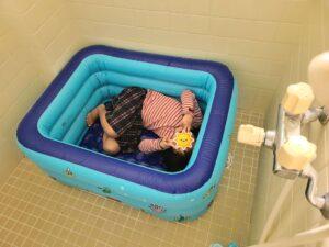 ビニールプールお風呂ゴロゴロ